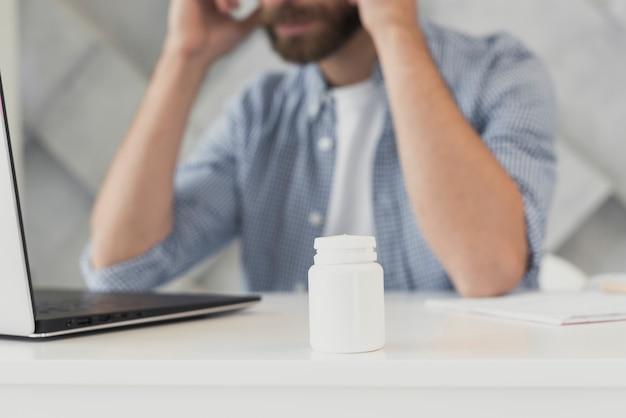 Close-upmannetje op kantoor met hoofdpijn Gratis Foto