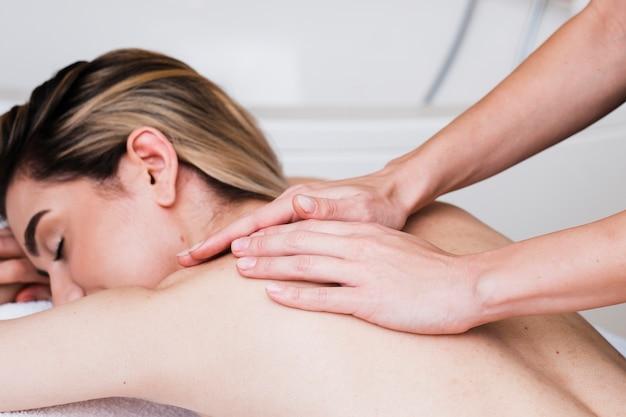 Close-upmeisje die een massage krijgen bij kuuroord Gratis Foto