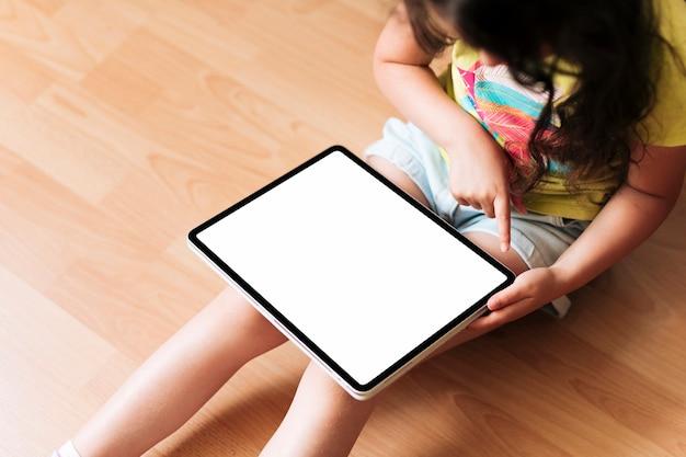 Close-upmeisje met tabletmodel Gratis Foto