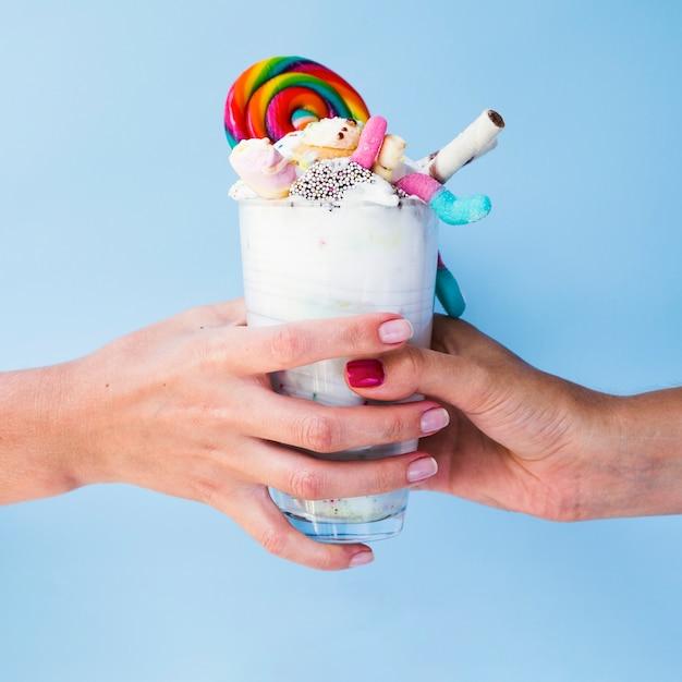 Close-upmening die van handen heerlijke milkshake houden Gratis Foto