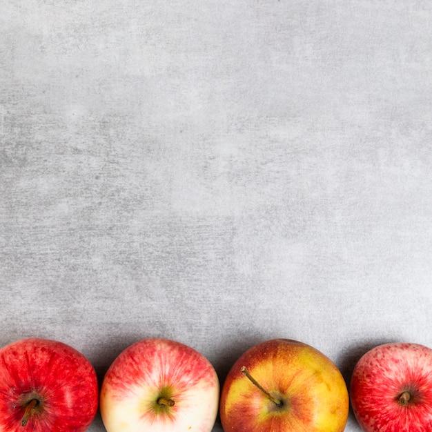 Close-upmening van appelen op houten achtergrond met exemplaarruimte Gratis Foto