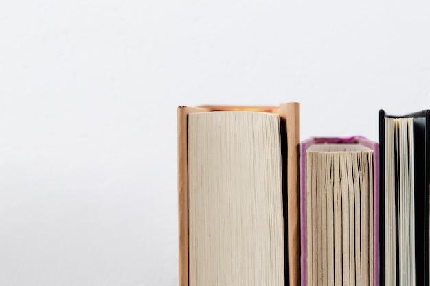 Close-upmening van boeken met duidelijke achtergrond Gratis Foto