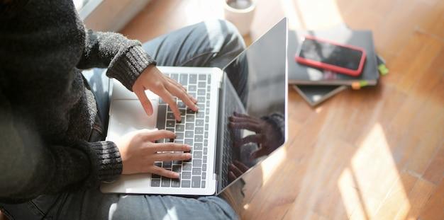 Close-upmening van jonge vrouwelijke freelancer die aan haar project met laptop computer werken Premium Foto