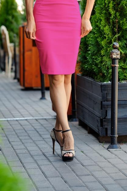 Close-upmening van mooie vrouwelijke benen op bestrating Premium Foto