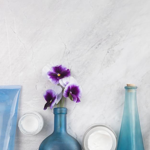 Close-upmening van natuurlijke lichaamsschoonheidsmiddelen op marmeren achtergrond Gratis Foto