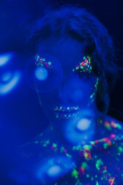 Close-upmening van vrouw met fluorescente samenstelling Gratis Foto
