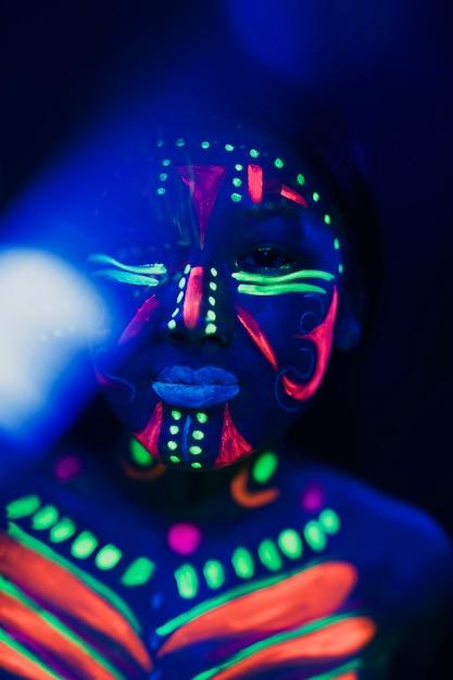Close-upmening van vrouw met kleurrijke fluorescente samenstelling Gratis Foto
