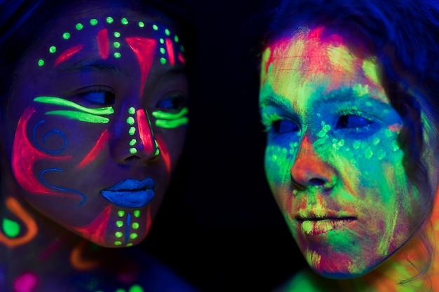 Close-upmening van vrouwen die elkaar bekijken Gratis Foto