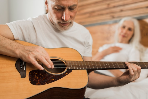 Close-upmens het zingen bij quitar Gratis Foto