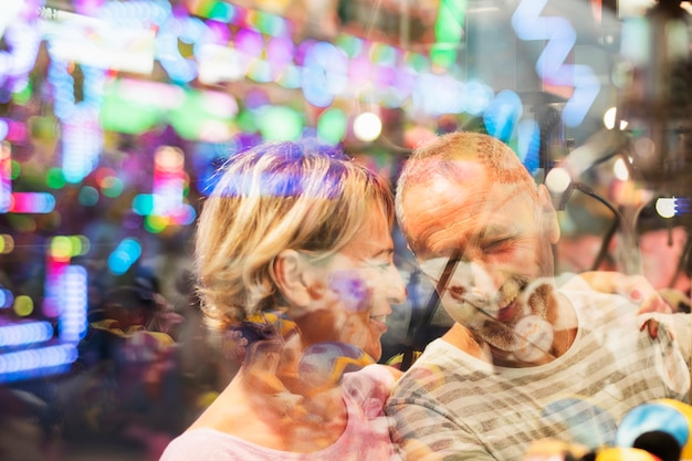 Close-upmensen achter een venster Gratis Foto
