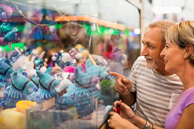 Close-upmensen die speelgoed bekijken Gratis Foto
