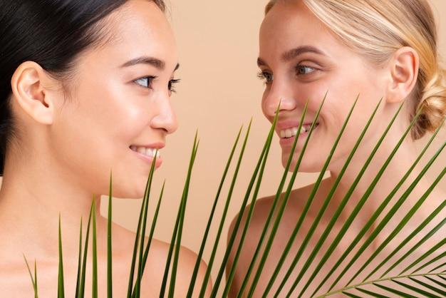 Close-upmodellen met bladeren die elkaar bekijken Gratis Foto