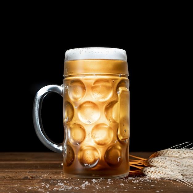 Close-upmok bier met zwarte achtergrond Gratis Foto