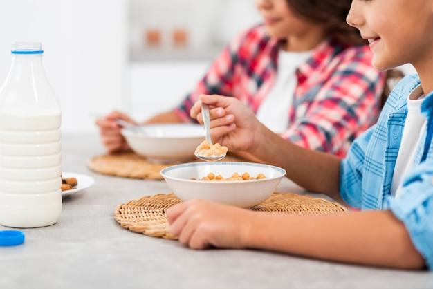 Close-upontbijt voor broers en zussen Gratis Foto
