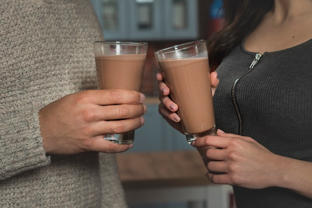Close-uppaar die hete dranken houden Gratis Foto