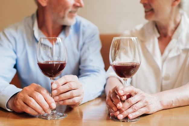 Close-uppaar met glazen rode wijn Gratis Foto