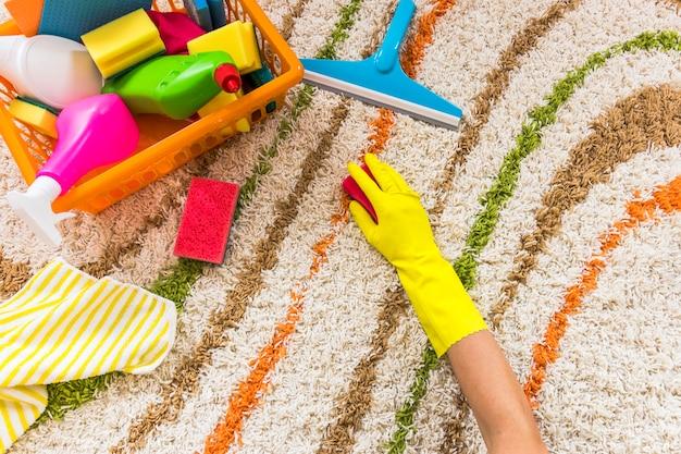 Close-uppersoon die het tapijt schoonmaakt Gratis Foto