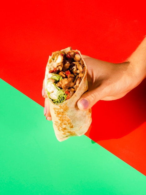Close-uppersoon die traditioneel mexicaans voedsel houdt Gratis Foto