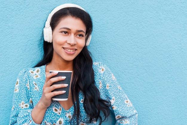 Close-upportret die van vrouw een koffie houden Gratis Foto