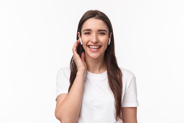 Close-upportret van aantrekkelijke glimlachende gelukkige vrouw Premium Foto