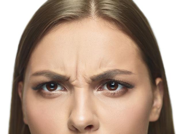 Close-upportret van de ogen en het gezicht van de jonge vrouw met rimpels. vrouwelijk model met verzorgde huid. concept van gezondheid en schoonheid, cosmetologie, cosmetica, zelfzorg, lichaams- en huidverzorging. anti-veroudering. Gratis Foto