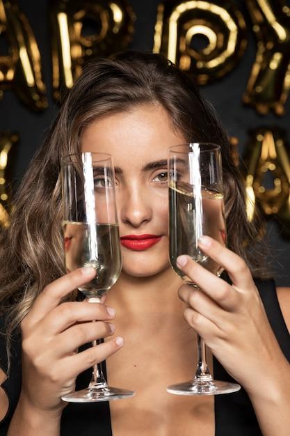 Close-upportret van een meisje die twee glazen houden Gratis Foto
