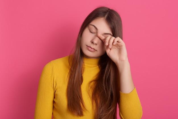 Close-upportret van vermoeide vrouw met gesloten ogen Gratis Foto