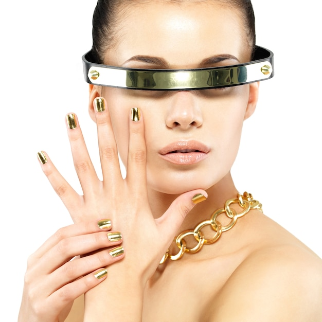 Close-upportret van vrouw met gouden spijkers en gouden ketting op hals Gratis Foto