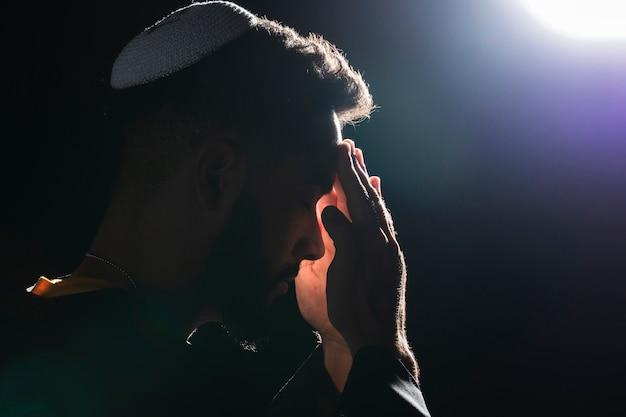 Close-uppriester die op volle maan bidden Gratis Foto