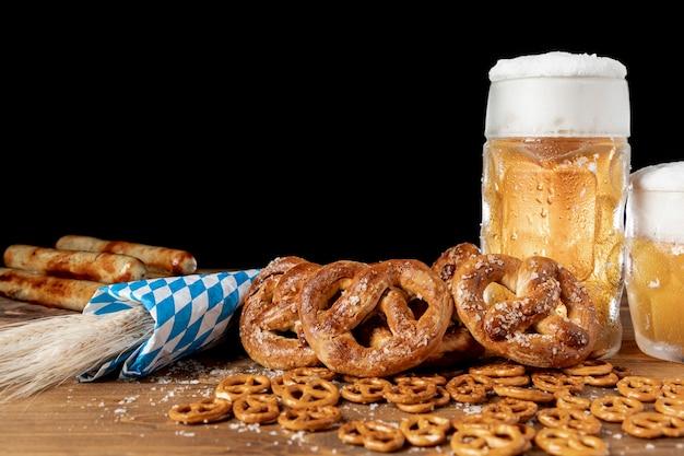 Close-upreeks beierse snacks op een lijst Gratis Foto