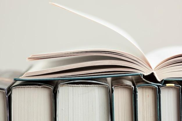 Close-upregeling met boeken Gratis Foto