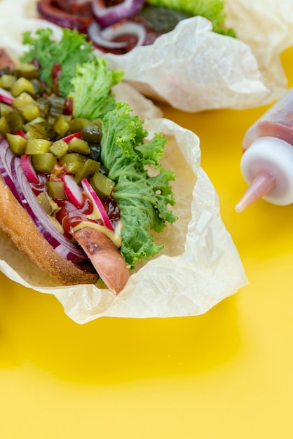 Close-upsandwich met gele achtergrond Gratis Foto