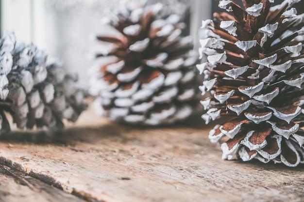 Close-upschot van decoratieve pinecones voor kerstmistijd Gratis Foto