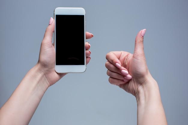 Close-upschot van een vrouw die op mobiele telefoon typen Gratis Foto