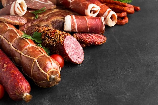 Close-upverscheidenheid van heerlijk vlees op de lijst Gratis Foto