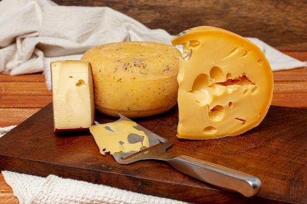 Close-upverscheidenheid van kaas op een raad Gratis Foto