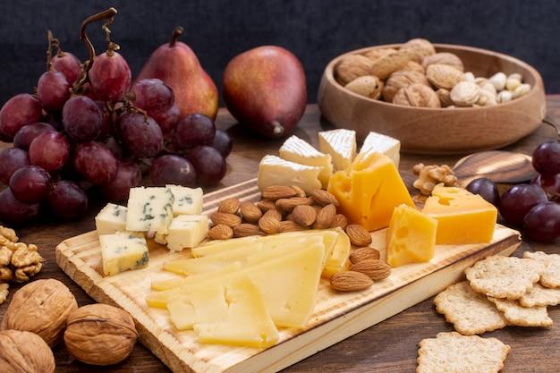 Close-upverscheidenheid van snacks op een lijst Gratis Foto