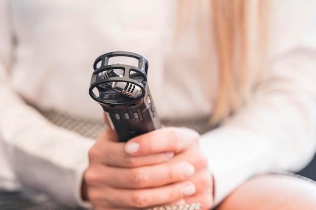 Close-upverslaggever met microfoon Gratis Foto