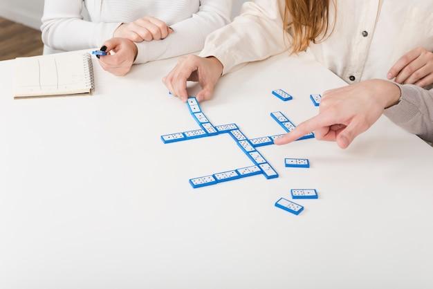 Close-upvrienden die een spel van domino spelen Gratis Foto