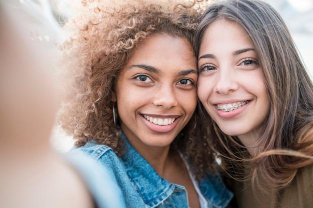 Close-upvrienden die selfie nemen Gratis Foto