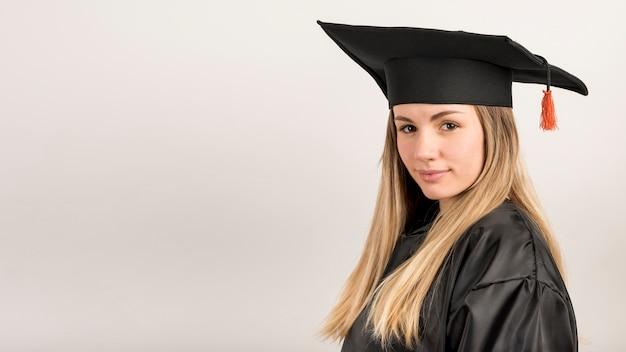 Close-upvrouw bij graduatie met exemplaarruimte Gratis Foto