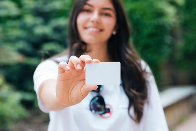 Close-upvrouw die een kaartmodel houden Gratis Foto
