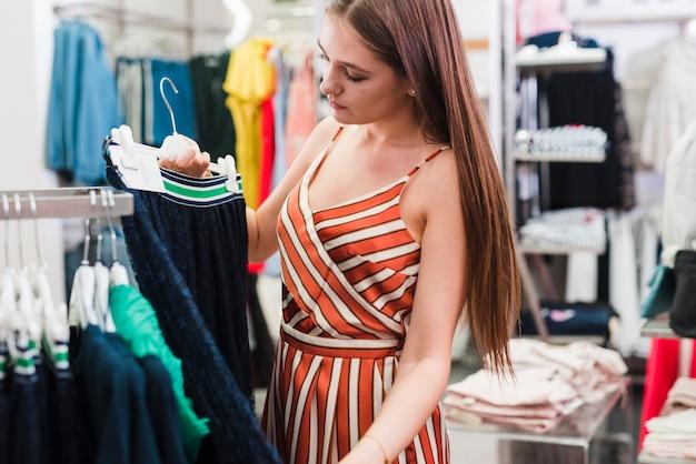 Close-upvrouw die een rok bekijken Gratis Foto