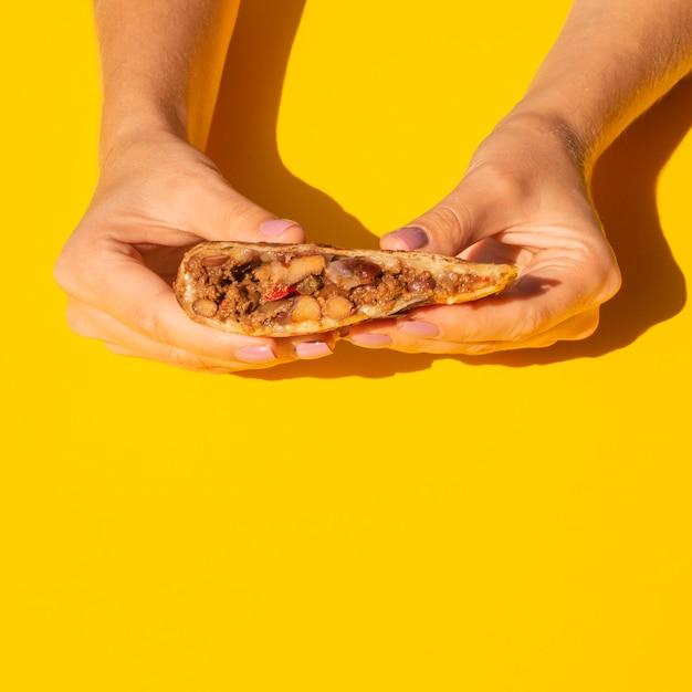 Close-upvrouw die heerlijk mexicaans voedsel houden Gratis Foto