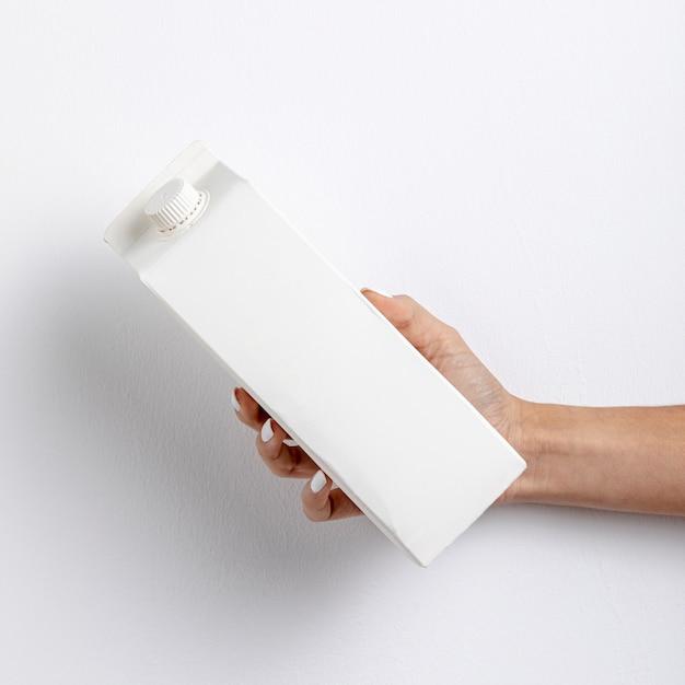 Close-upvrouw die witte kartoncontainer houden Gratis Foto