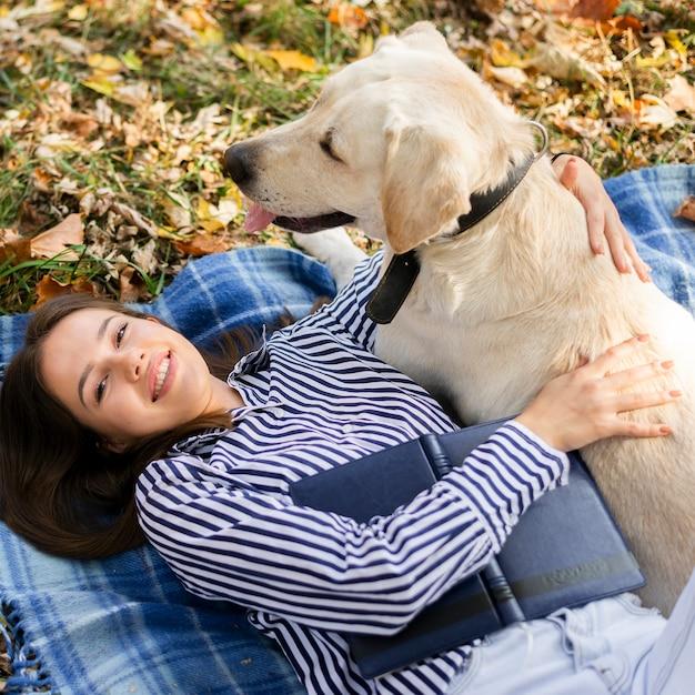 Close-upvrouw het spelen met haar hond Gratis Foto