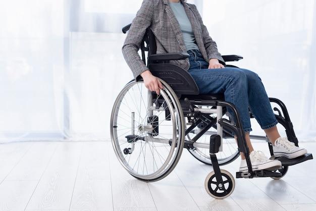 Close-upvrouw in rolstoel Premium Foto