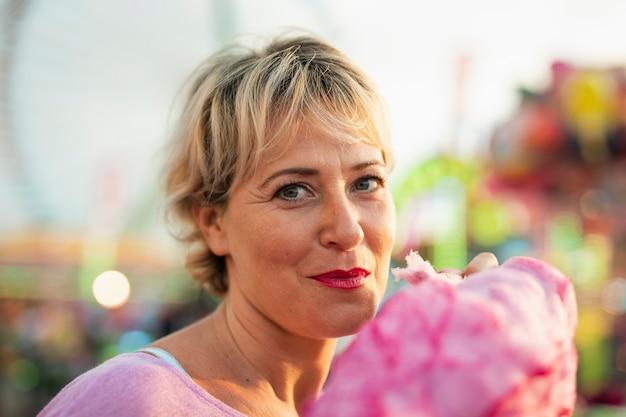 Close-upvrouw met gesponnen suiker Gratis Foto