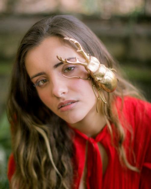 Close-upvrouw met gouden mannetjeskever Gratis Foto