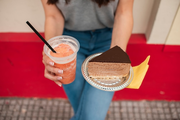 Close-upvrouw met sap en cake Gratis Foto